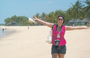 Trabalho prazeroso - A repórter Renata Modesto, do Comércio da Franca, em clique na praia