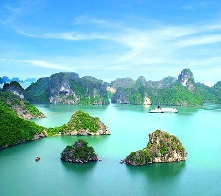 A baía de Halong, no norte do Vietnã, tem mais de 3 mil ilhas e ilhotas desertas e preservadas, criando um visual único.