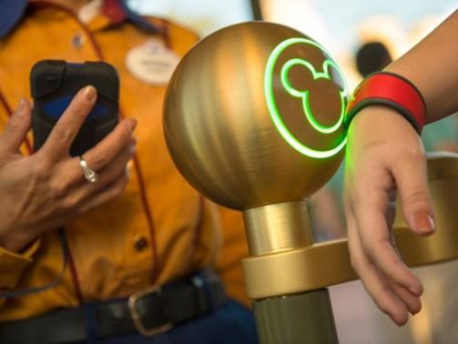 Pulseira  MagicBand sendo testada na Disney (Foto: divulgação)